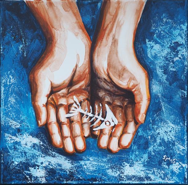 2 Hände tragen ein Fischskelett.